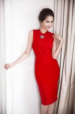Đầm đỏ ôm body của Ngọc Trinh thiết kế đơn giản, tôn dáng #724