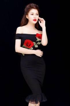 Đầm đen vai ngang đẹp thiết kế đính hoa hồng bắt mắt #964
