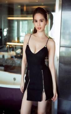 Đầm đen ôm body Ngọc Trinh thiết kế xẻ tà 2 bên #1000