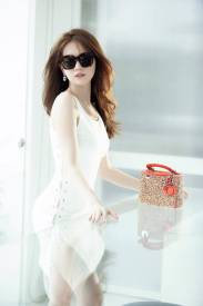 Đầm trắng Ngọc Trinh ôm body xẻ tà bên đan dây #1126