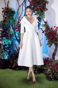 Đầm trắng xòe đẹp thiết kế cổ vest lớn như Phạm Hương #1533