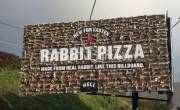 Biển quảng cáo pizza làm từ xác thỏ gây sốc