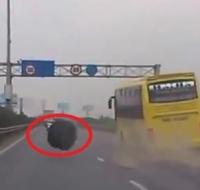 Clip Sốc: Xe giường nằm rơi bánh trên cao tốc Pháp Vân - Cầu