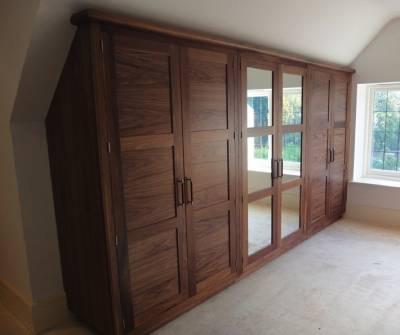 Tủ áo gỗ Óc Chó (Walnut) tầng áp mái 4 cánh gỗ 2 cánh kính