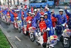 100 chú rể chở cô dâu bằng xe đạp trên phố Sài Gòn
