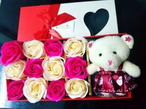 Hộp vuông 12 bông hồng sáp + Gấu Bông