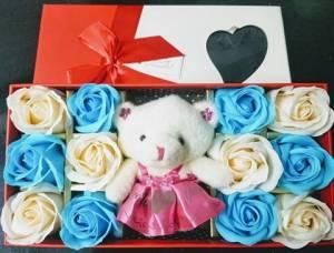 Hộp vuông 12 bông hồng sáp lớn + gấu bông ở giữa