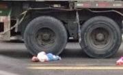 Mẹ ném con 1 tuổi vào gầm cho xe tải cán vì giận chồng