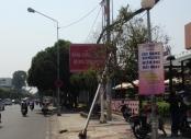Nhiều trụ đèn trang trí bị bật gốc ở quận Tân Bình