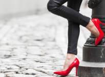 8 sai lầm khiến giày cao gót càng đi càng xấu