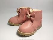 Giày cao cổ có nơ màu hồng