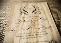 Thiệp cưới bằng gỗ với những nét khắc laser độc đáo