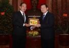 Nhận quà lưu niệm tại phủ chủ tịch nước