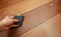 Làm mờ vết xước của sàn gỗ chỉ 5 bước đơn giản