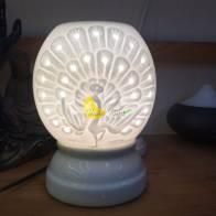 Đèn xông tinh dầu con công trắng có lỗ nhỏ