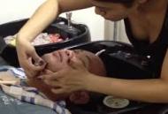 Cách cạo râu cho khách ở tiệm cắt tóc