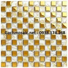 Gạch mosaic vàng hoa văn kết hợp kim loại