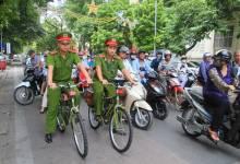 Công an Hà Nội đạp xe đi tuần thử quanh hồ Hoàn Kiếm