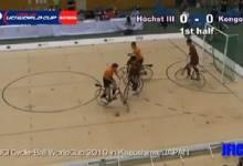 Phục sát đất vừa đi xe đạp vừa đá bóng