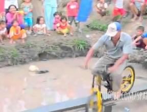 Không nhặt được mồm khi xem clip đi xe đạp qua cầu khỉ