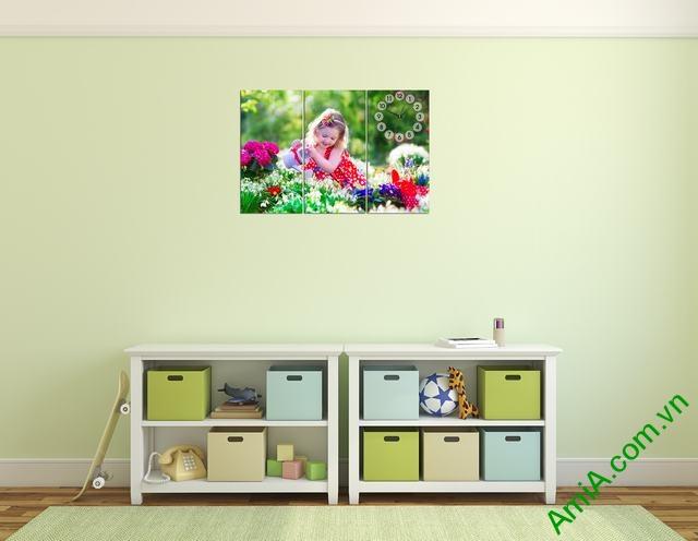 Hình ảnh tranh đồng hồ treo phòng ngủ bé gái có tông màu sáng