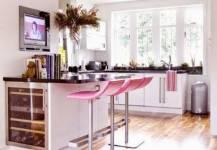 Không gian bếp hiện đại hơn với ghế quầy bar nhiều màu sắc