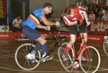 Môn thể thao lạ: chơi bóng bằng ....xe đạp - Cycle ball