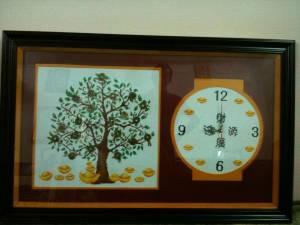 Đóng khung tranh thêu đồng hồ cây tiền