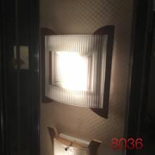Đèn hắt kính trong đế gỗ 8036