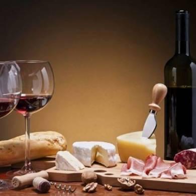 Vì sao không nên dùng rượu vang đỏ cùng hải sản?