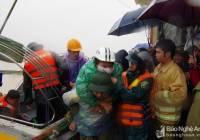 Bộ CHQS tỉnh Nghệ An cứu trợ, thăm hỏi nhân dân vùng lũ