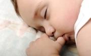 Vì sao trẻ mút ngón tay?