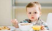 Những thói quen sau khi ăn của mẹ có hại cho con