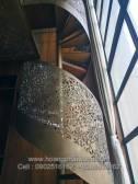 Cầu thang xoắn bằng sắt cắt CNC - Mặt bậc ốp gỗ óc chó