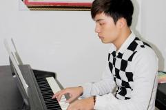 Hình ảnh học piano người lớp