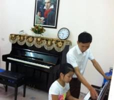 Thầy giáo tận tình dạy piano cho Bé yêu