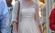 Mix váy hè và cardigan đón thu của Taylor Swift